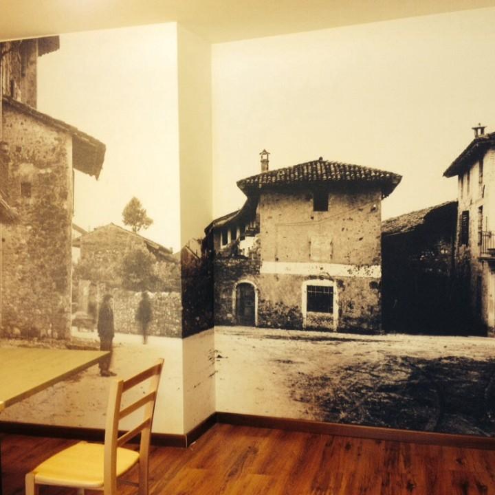 Gigantografia con carta da parati adesiva su parete ristorante I primi due di buja