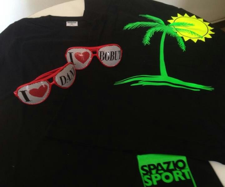 Il kit dell estate: maglietta spazio sport e occhiali moda