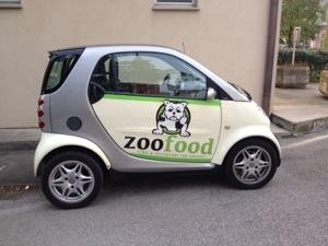 Automezzo pubblicitario zoofood a Buja